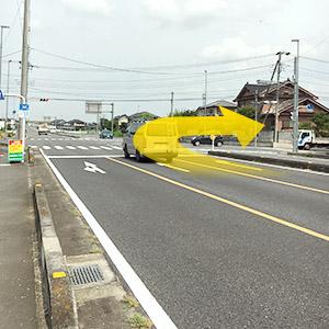 歩道橋を過ぎた一つ目の交差点を右折してください。