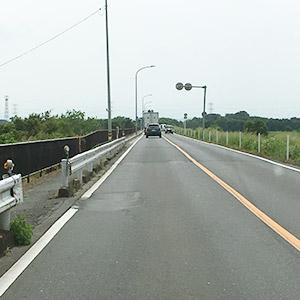 橋を渡り、そのまま土手を走行してください。